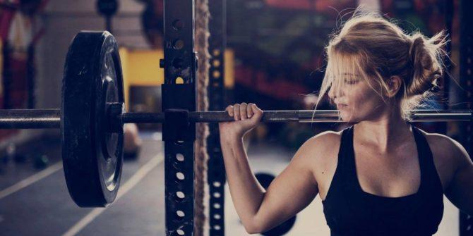 femme à l'entraînement musculaire du back squat