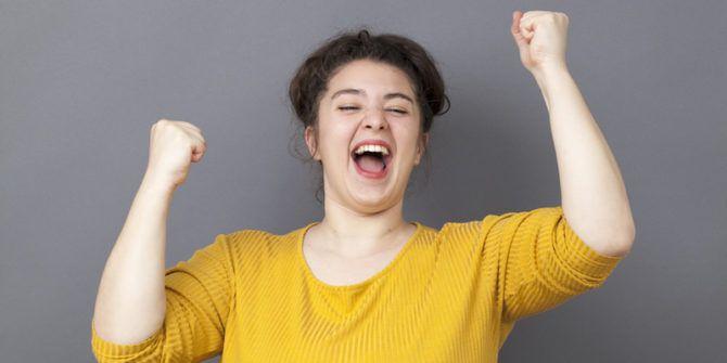 femme super excitée