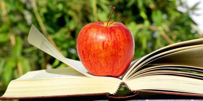 pomme sur un livre