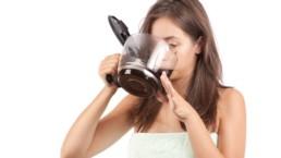 femme fatiguée qui boit du café