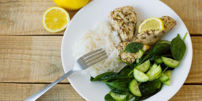 repas santé, riz, poulet et légumes verts