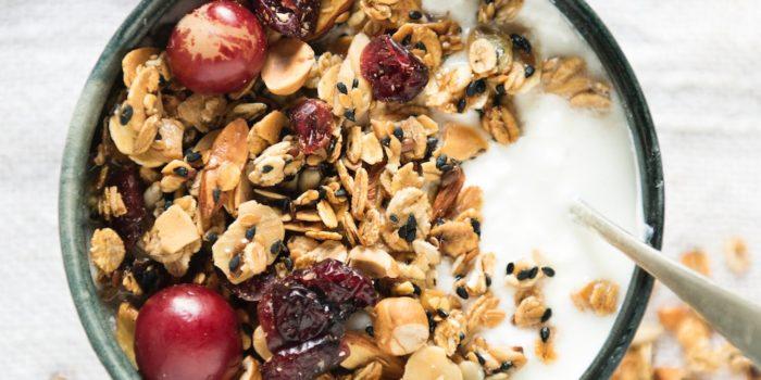 mélange de céréales et fruits dans un bol avec du lait