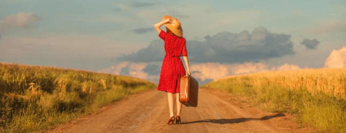 femme seule sur une route déserte