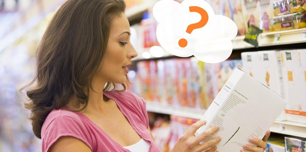 femme qui s'interroge sur les étiquettes alimentaires