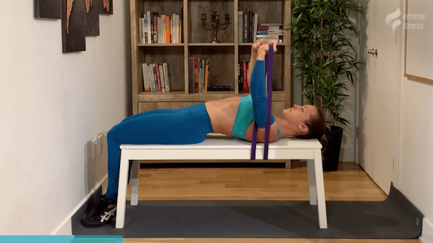 exercice du bench press avec élastique