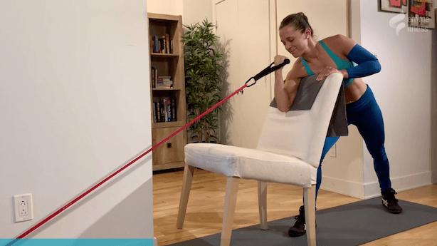 exercice du bicep curl sur banc incliné avec élastique