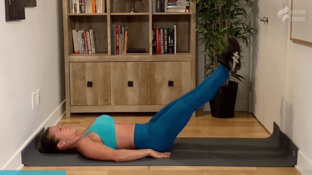 exercice de l'élévation des jambes au sol