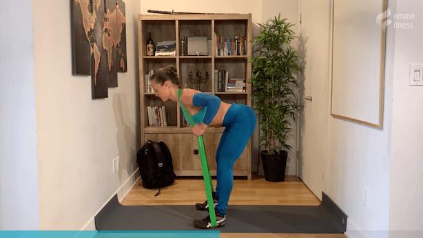 exercice du good morning avec élastique de résistance