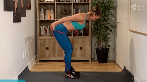 exercice du triceps kick back avec élastique