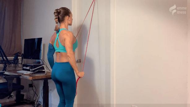 exercice du lat pull down avec élastique