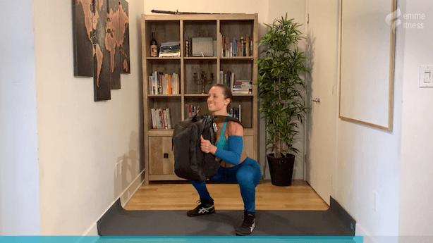 exercice du goblet squat avec un sac à dos