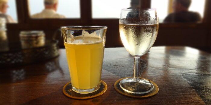 verre de bière et coupe de vin blanc