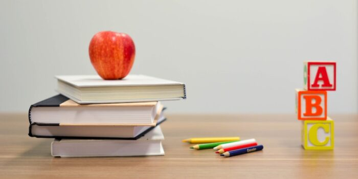 livre et crayons