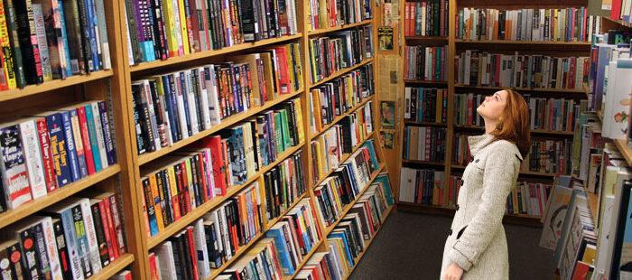 Femme regardant une bibliothèque